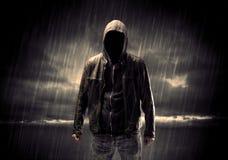 Anonymer Terrorist im Hoodie nachts lizenzfreie stockfotografie