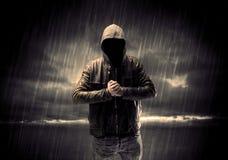 Anonymer Terrorist im Hoodie nachts lizenzfreie stockbilder