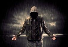 Anonymer Terrorist im Hoodie nachts stockfotografie