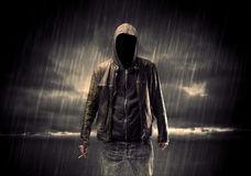 Anonymer Terrorist im Hoodie nachts stockfoto