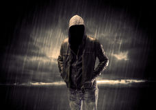 Anonymer Terrorist im Hoodie nachts lizenzfreies stockfoto