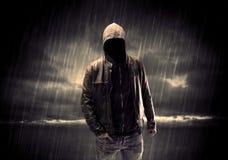 Anonymer Terrorist im Hoodie nachts lizenzfreie stockfotos