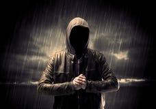 Anonymer Terrorist im Hoodie nachts lizenzfreies stockbild
