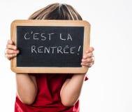 Anonymt barn som spelar kurragömman för tillbaka till skolan Royaltyfria Foton