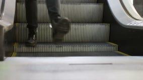 Anonymt folk som går på EscalatorLiften i shoppinggalleria arkivfilmer