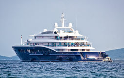 Anonymus luksusowy mega jacht na otwartym morzu Fotografia Stock