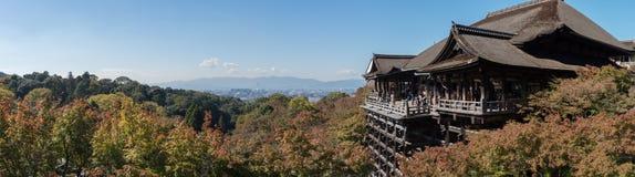 Anorama del otoño temprano del templo de Kiyomizu-dera Imagenes de archivo