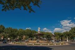 Anoramic-Ansicht des Karussells, des Brunnens und der Autos in Aix-en-Provence Stockfotografie
