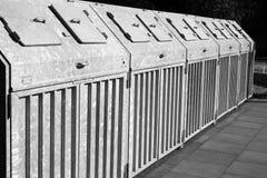 Anordnung der Abfalmüllcontainer Stockbilder