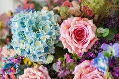 Anordnung der künstlichen Blumen für Inneneinrichtung Stockfotografie