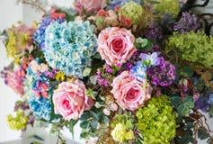 Anordnung der künstlichen Blumen für Inneneinrichtung Stockfotos