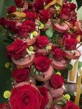 Anordnung der roten Rosen für Feier lizenzfreie stockfotos