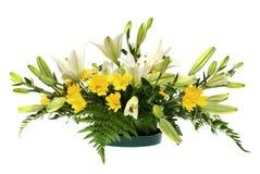Anordnung des gelben Gänseblümchens und der weißen Blumen Stockbild