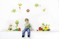 Anordnung des kleinen Jungen im Frühjahr stockfotos