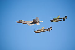 Anordnung des Raubvogels F-22 und des Blitzes P-38 Stockbilder