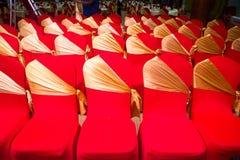 Anordnung die Stühle mit Hinweis-Stoffen mit goldener Ansicht Lizenzfreie Stockfotografie