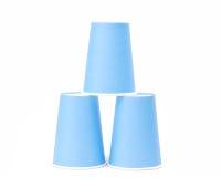 Anordnung für blaue aufbereitende Papiergläser auf weißem Hintergrund Lizenzfreie Stockfotografie