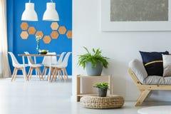 Anordnung für blaues Esszimmer stockfotos