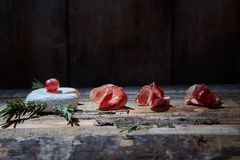 Anordnung für Feinschmecker sortierte Aperitifs des Käses und des Prosciutto auf Holzoberfläche lizenzfreie stockfotografie