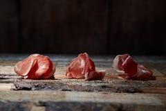 Anordnung für Feinschmecker sortierte Aperitifs des Käses und des Prosciutto auf Holzoberfläche lizenzfreie stockfotos