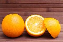 Anordnung für Orange lokalisiert auf hölzernem Hintergrund Gesunde Nahrung Eine Mischung der frischen Frucht Gruppe Zitrusfrüchte Stockfoto