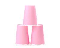 Anordnung für rosa aufbereitende Papiergläser auf weißem Hintergrund Lizenzfreies Stockbild