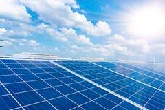 Anordnung für Solarenergieproduktionsanlage, grüne Energie stockfotos