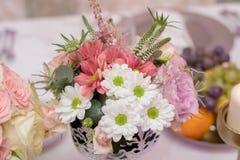 Anordnung für Tabelle mit Blumen und Früchten Stockbild
