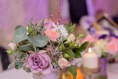 Anordnung für Tabelle mit Blumen und Kerzen Stockbilder