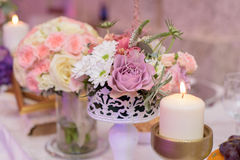 Anordnung für Tabelle mit Blumen und Kerzen Stockbild