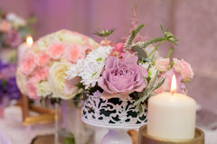 Anordnung für Tabelle mit Blumen und Kerzen Stockfotografie