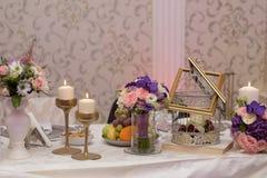 Anordnung für Tabelle mit Früchten, Blumen und Kerzen Stockbild