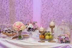 Anordnung für Tabelle mit Früchten, Blumen und Kerzen Stockbilder