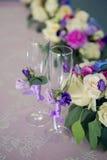 Anordnung für verschiedene Blumen ist auf dem Tisch Lizenzfreies Stockbild