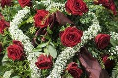 Anordnung mit roten Rosen Stockbild