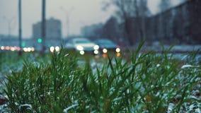 Anormales Wetter ist Nassschnee über der städtischen Landstraße stock footage