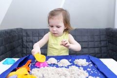 2 anos bonitos da menina da criança com o molde da omeleta do silicone no kitche Imagem de Stock