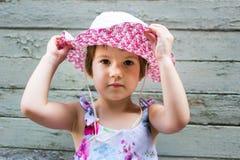 3 anos bonitos da menina idosa contra o contexto do vintage Foto de Stock Royalty Free