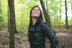 30 anos bonitos da mulher adulta que está na floresta Fotos de Stock