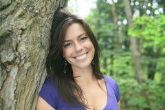 30 anos bonitos da mulher adulta que está na floresta Imagens de Stock