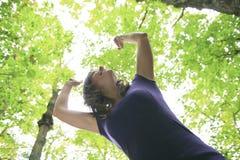 30 anos bonitos da mulher adulta que está na floresta Fotografia de Stock
