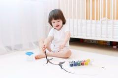 2 anos bonitos das pinturas do menino com escova e guache Imagens de Stock