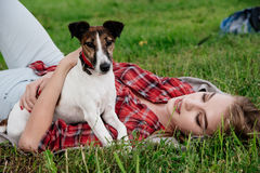 20-25 anos bonitos de sorriso da menina com mais foxterrier Foto de Stock Royalty Free