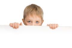 6 anos bonitos do menino com os olhos azuis que guardam um suspiro Imagem de Stock Royalty Free