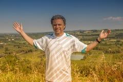40 anos consideráveis do ancião que abre seus braços Imagem de Stock Royalty Free