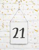 21 anos de cartão velho da festa de anos com número vinte um com gol Fotografia de Stock Royalty Free