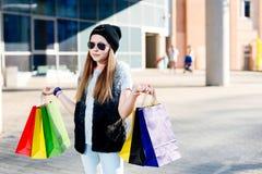 10 anos de criança idosa da menina na compra na cidade Fotografia de Stock