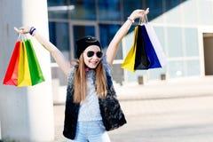 10 anos de criança idosa da menina na compra na cidade Fotos de Stock Royalty Free