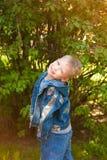 7 anos de criança idosa vestida na calças de ganga ocasional Imagem de Stock Royalty Free