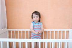 2 anos de criança na cama branca Foto de Stock Royalty Free